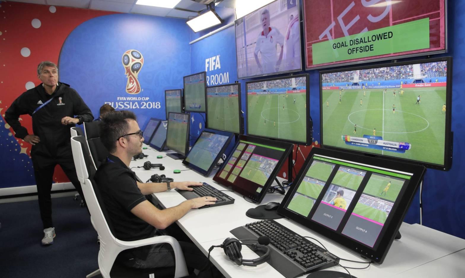 Imagem da central de oprecações do VAR, onde as imagens das câmeras são analizadas pelos árbitros.