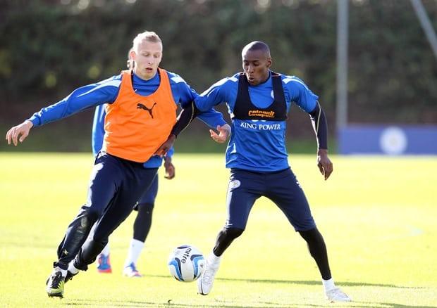 Imagem com jogadores usando o colete com sensor es durante um treino no seu clube.