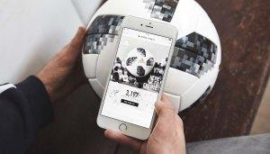 Imagem com um celular lendo os dados contidos no chip da bola Telstar 18.