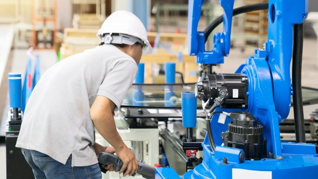 Engenheiro trabalhando em fábrica